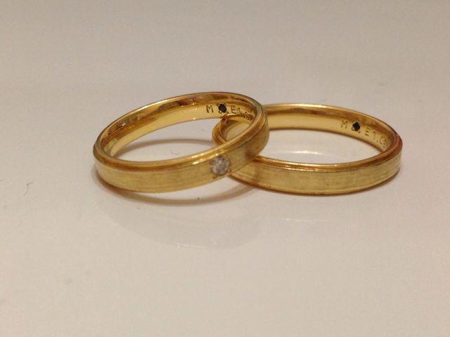 結婚指輪。左が女性用でダイアモンドが埋め込まれています。