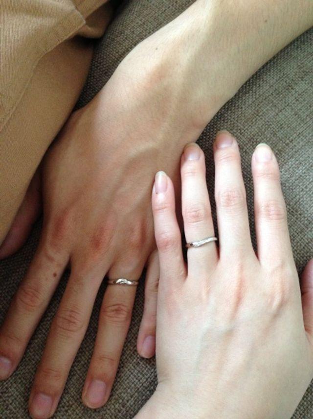 結婚指輪をはめたところです。