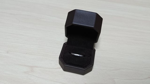女性用の指輪です。男性用はダイヤなしです。