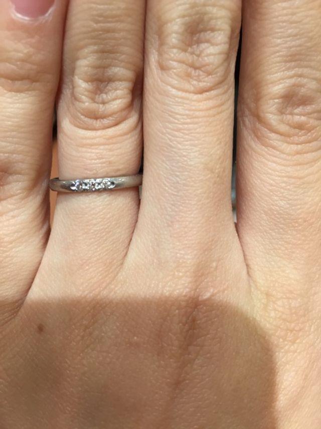 3粒のメレダイヤがついた指輪です