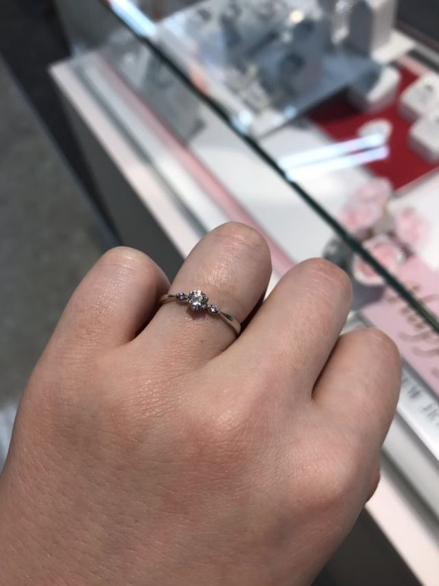 センターダイヤモンドと両サイドにダイヤモンドがついています。