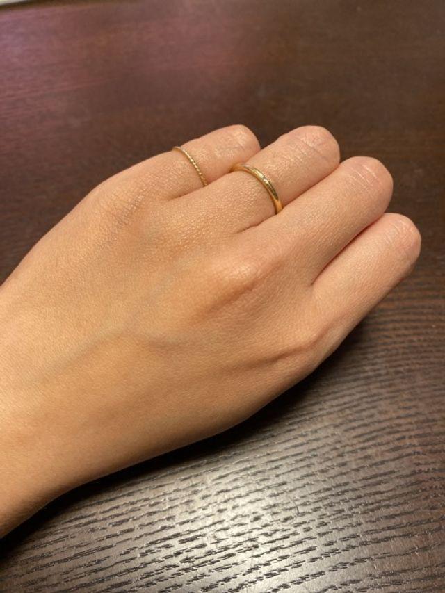 細いゴールドのリングで、ダイヤが一粒入っています。