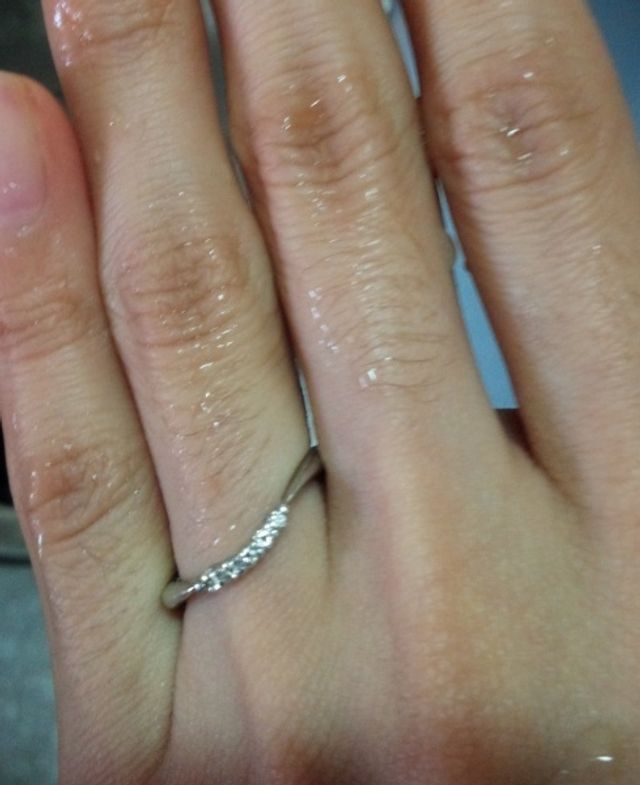 女性側の指輪写真です。はめた状態です。