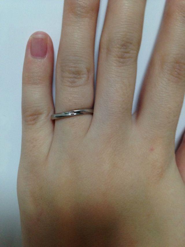 細めのデザインで中央にに小さなピンクダイヤが入っています。