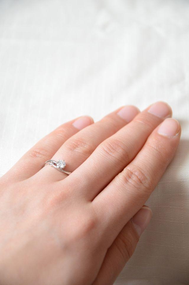 アイプリモの婚約指輪。小さなピンクダイヤ付き。