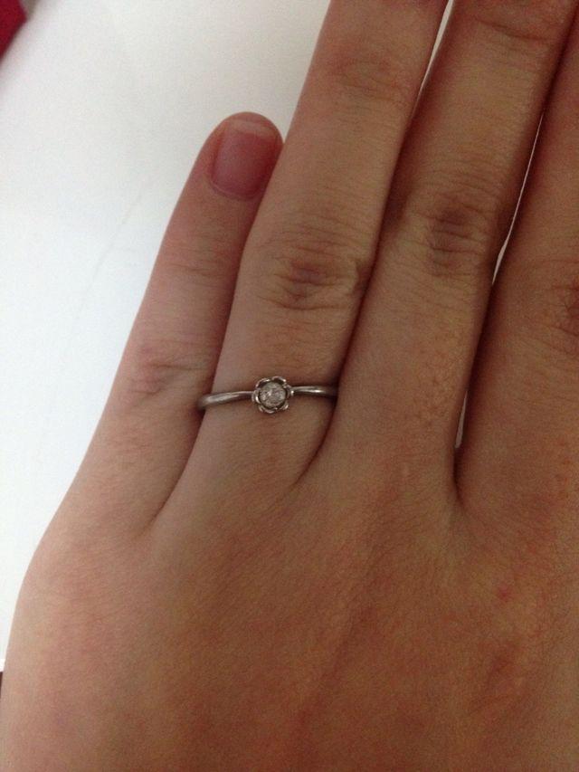 細めのデザインで、ダイヤがキラキラ輝いて存在感があります。