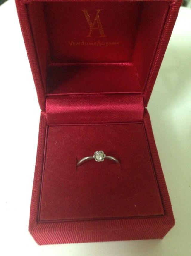 指輪の中央にお花モチーフの枠に一粒ダイヤが入っています。