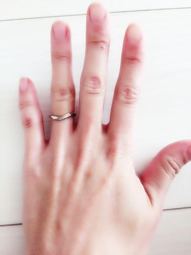 左の薬指に。