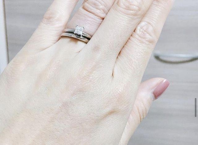 婚約指輪と合わせて。シンプルなのでどんなものでも合います。
