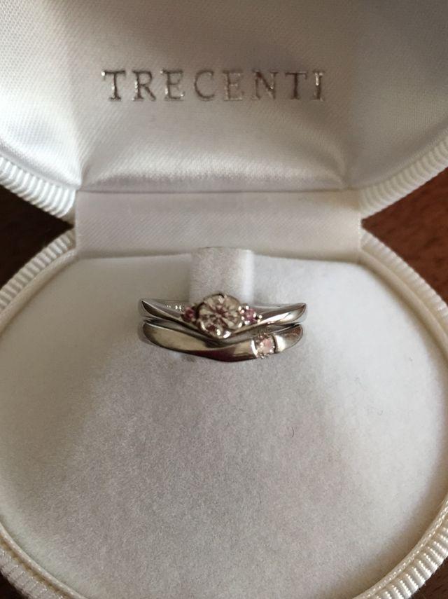 婚約指輪と重ね付け出来ます。