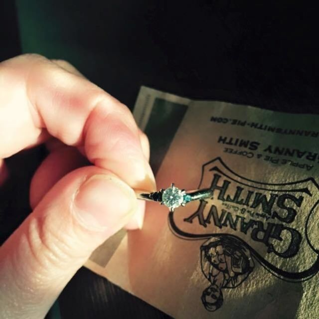 V字、プラチナ、1粒ダイヤの両脇に濃いブルーのメレダイヤ