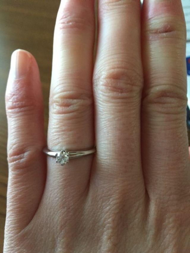 婚約指輪 つけてみるとこんな感じです