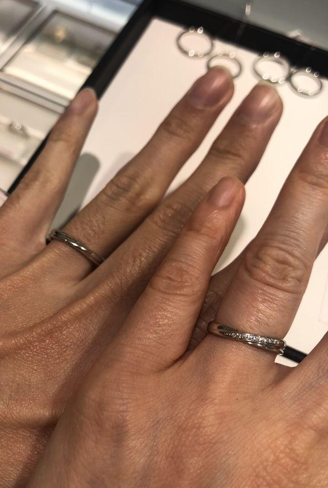 クロスしたデザインの指輪です。