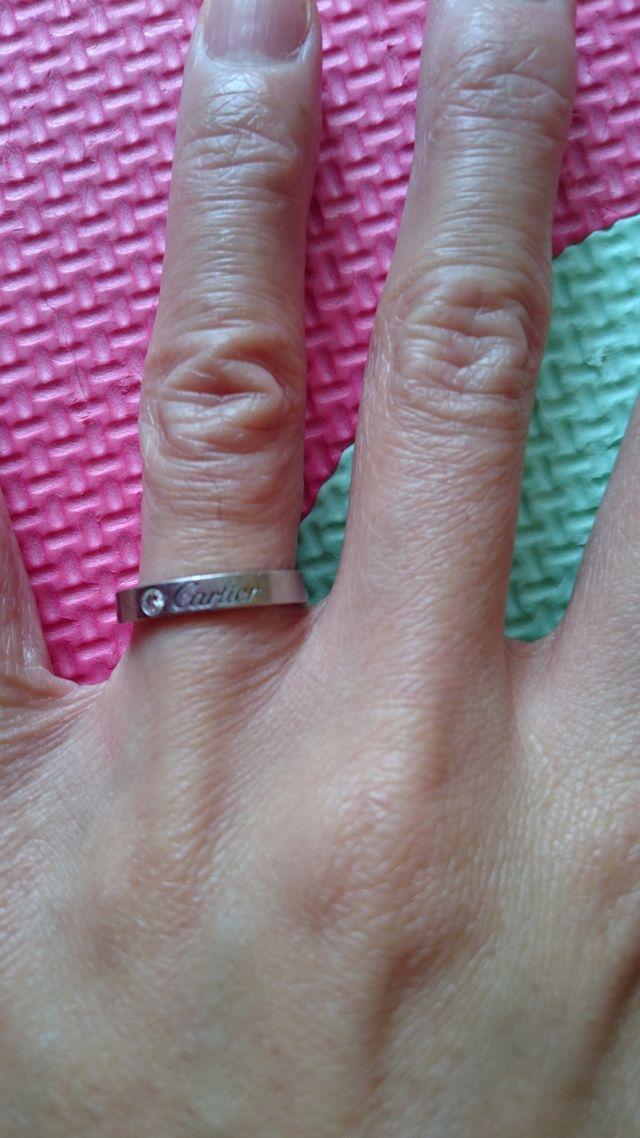 一粒ダイヤの横にカルティエの文字があるデザインです。