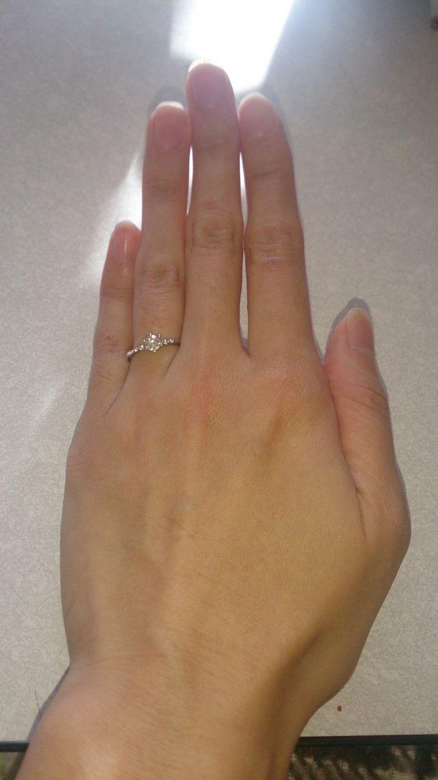 メインのダイヤの両側に2つずつ小さなダイヤがついています