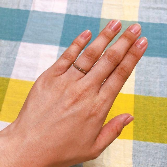 細くて華奢な指輪で、キラキラしていて可愛いです。