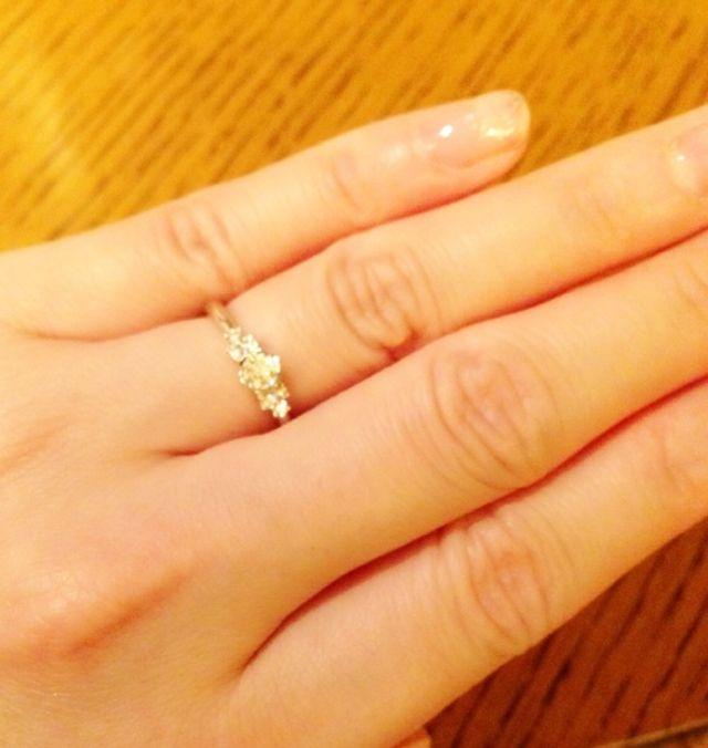 真ん中のお花型のダイヤのサイドには3つずつ小さなダイヤ。