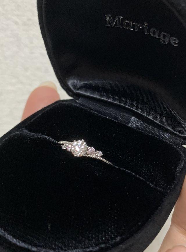 ダイヤの横にメレダイヤを2つずつ、内側にはピンクダイヤモンド
