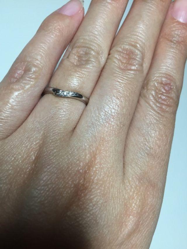 デザインは、細め。3つの小さなダイヤがつている。
