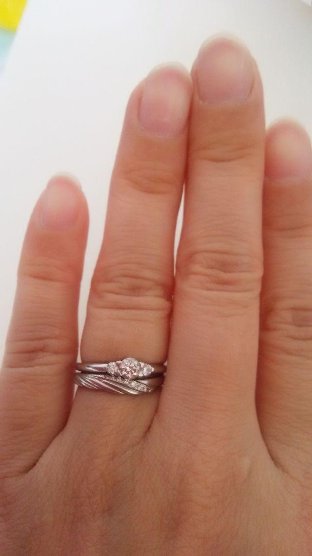 結婚指輪と合わせた写真。上が婚約指輪。
