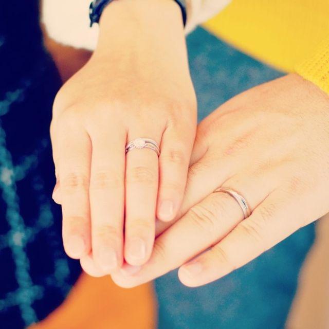婚約指輪と重ねても可愛いデザイン♪