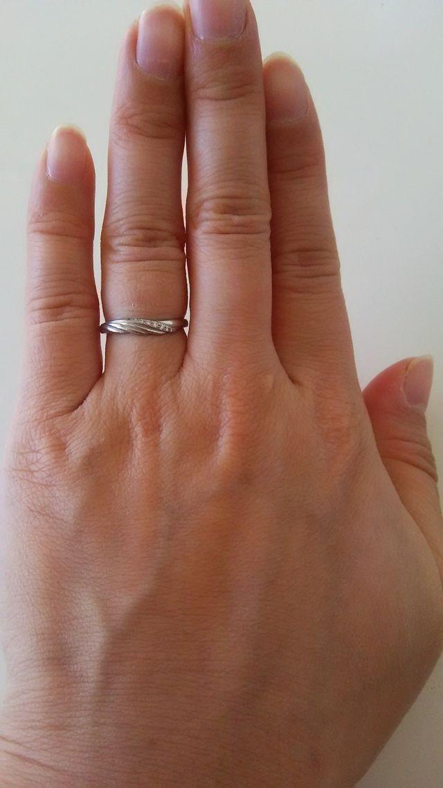 結婚指輪を装着した画像です。