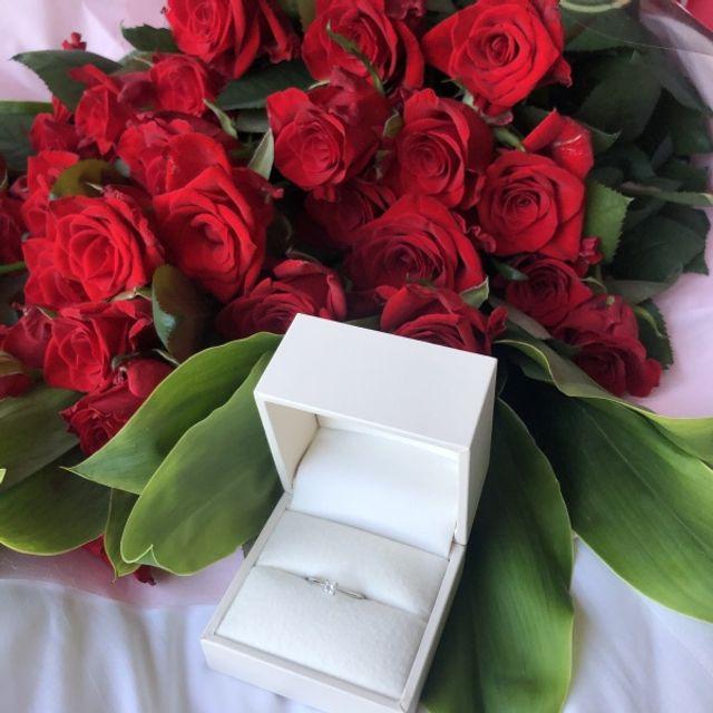 指輪と薔薇を一緒に写した写真です。