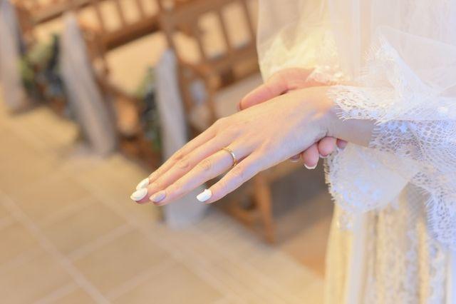 存在感がある指輪があまり似合わず、華奢な指輪を選びました。