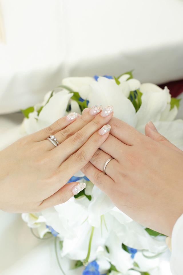 大き目のダイヤが付いているのは婚約指輪です。