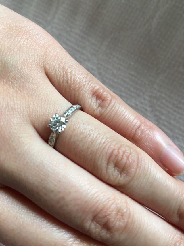 ちょっとブレてますが、婚約指輪です。