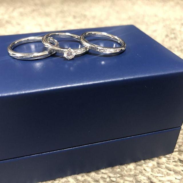 マリッジリングにはダイヤモンドが7つ。