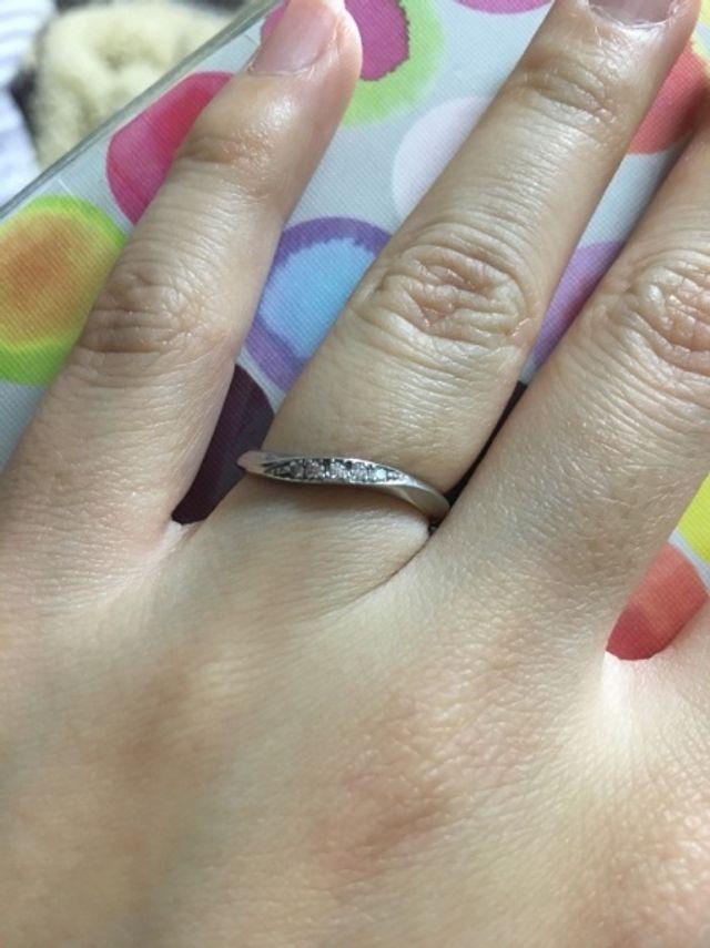 指が細く見える指輪を選びました。