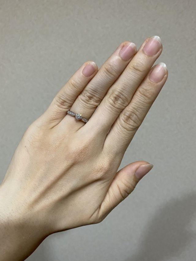 指輪を着けている写真です。