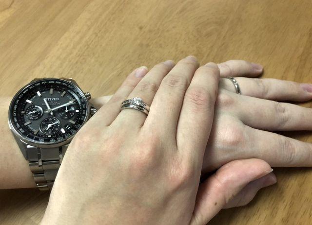 入籍時の記念写真。婚約指輪と結婚指輪の両方をつけています