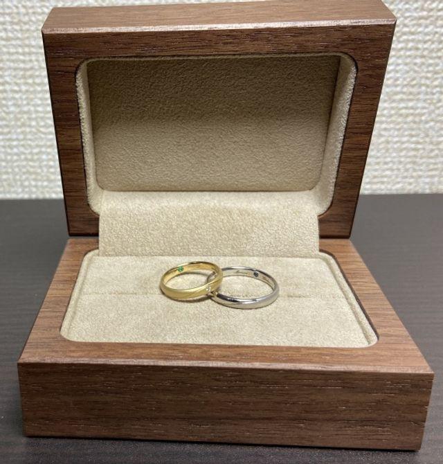 お互いの誕生石を内側にセットした結婚指輪です