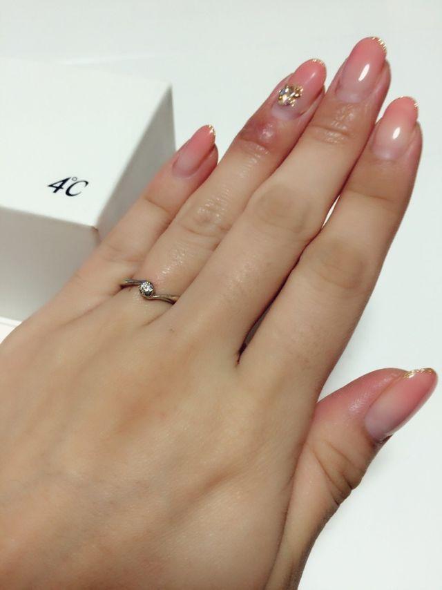 4℃の婚約指輪をつけている時の写真。控えめですがとても綺麗。
