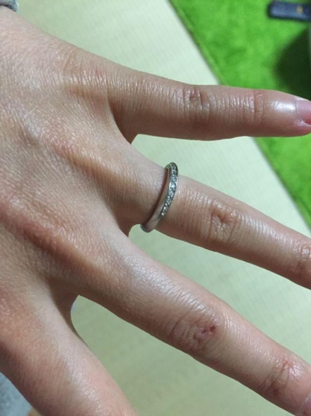 結婚指輪 S字のラインで、ダイヤが入っています