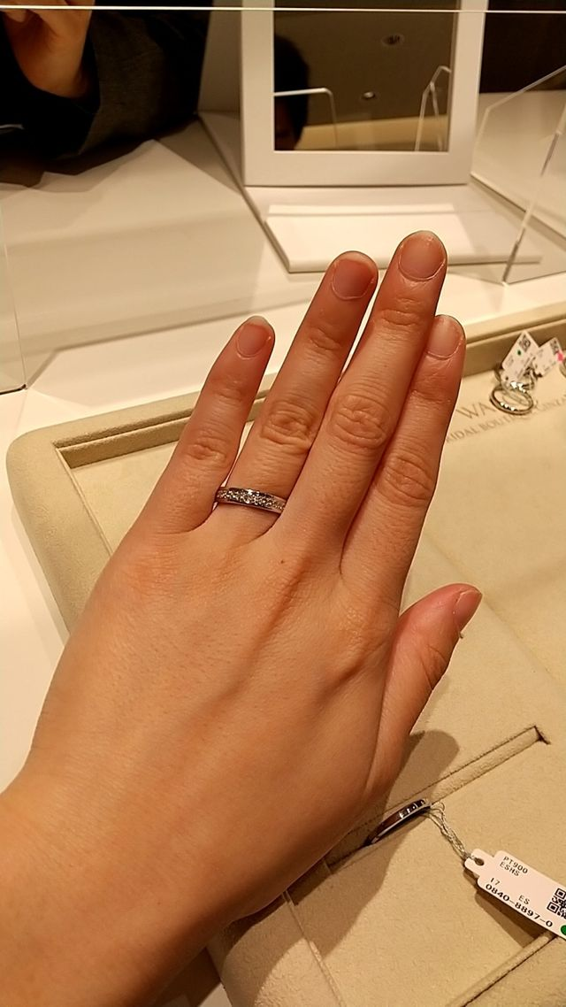 平打ちタイプのリングに半周ダイヤが入ってます。