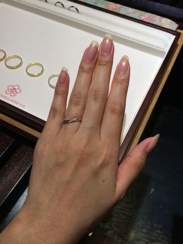 お店で指輪をはめて撮影