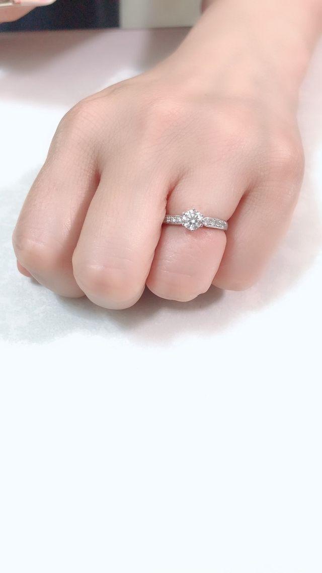 ダイヤが真ん中にありリングの周りにも小さいダイヤもついている