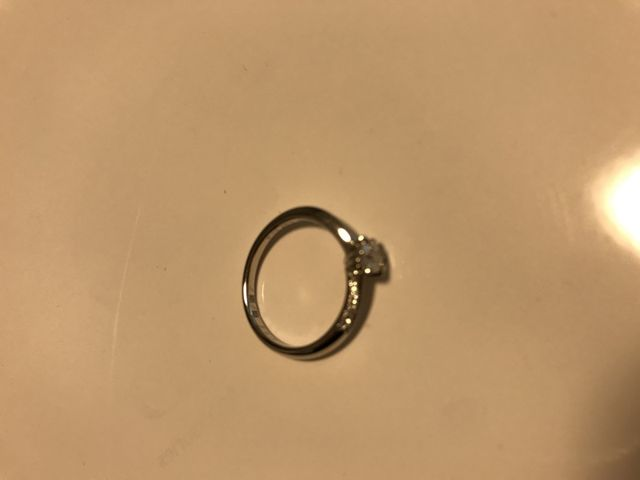 シンプルなデザインなので、ダイヤが目立ちます。