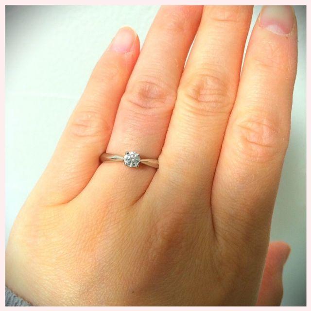 ダイヤを中心にリングが細くなっているので指長効果!