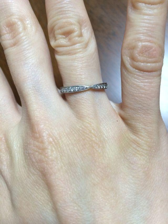 半分だけダイヤで、後でリングの大きさが調整できます。