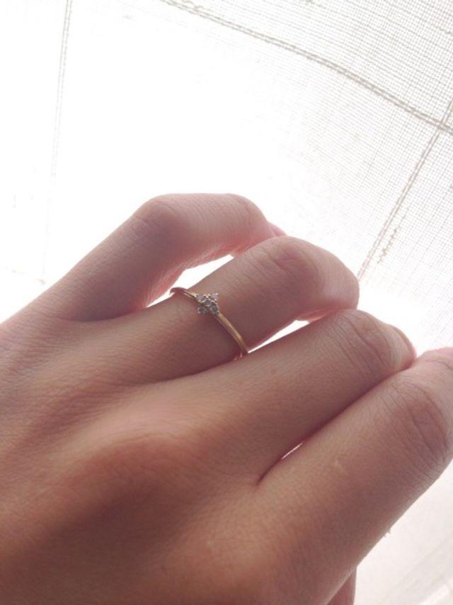 中心のダイヤの形がかわいいです