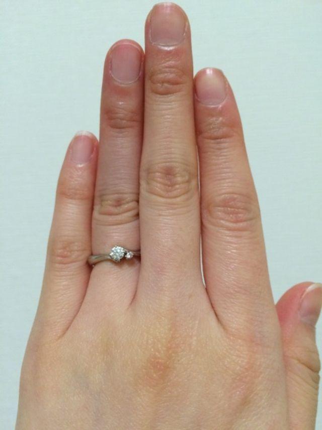 指が細めなのでダイヤは小さくしてもらいました。