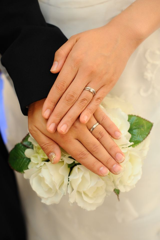 前撮りで撮った写真です。婚約指輪と結婚指輪両方つけています。