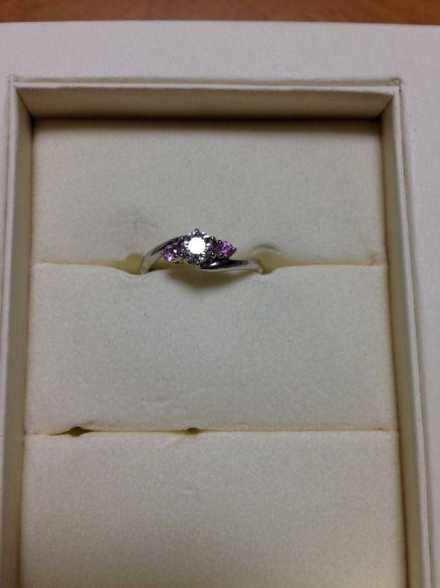 真ん中にダイヤモンド、両端は誕生石のピンクサファイヤです。