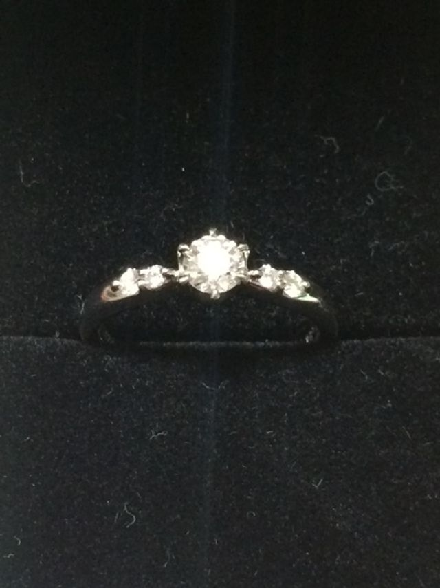 左右に小さなダイヤが2つずつ付いてます