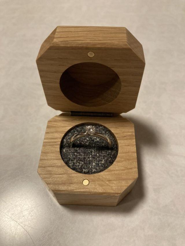完成後の指輪です。ツメあり・ダイヤに向かってしぼりあり