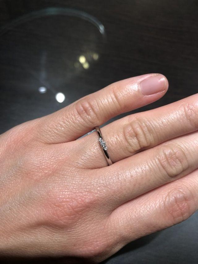 細身で控えめなダイヤですが、ダイヤがとても綺麗で印象的。